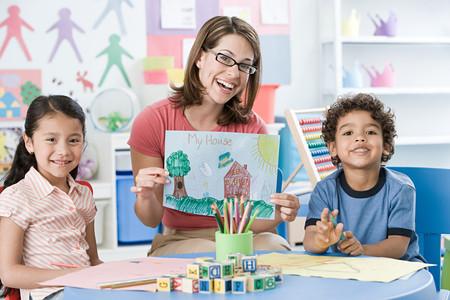 Un retrato de un maestro y niños. Foto de archivo