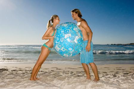 Couple holding beach ball Фото со стока