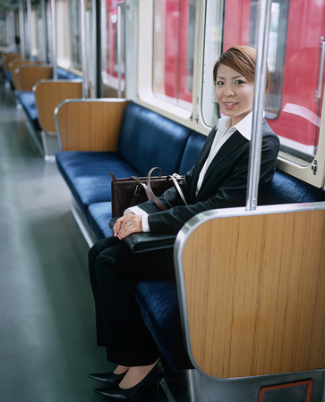 Young woman commuting Imagens