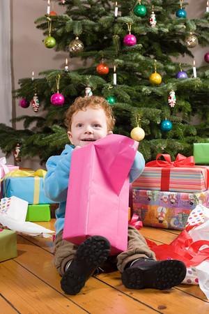 Boy opening christmas presents Stockfoto