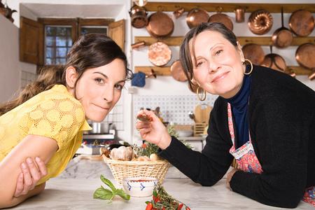 Madre e hija italiana en la cocina