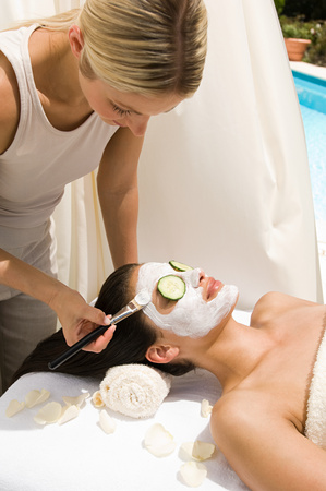A beautician applying a face mask to a womans face Banque d'images
