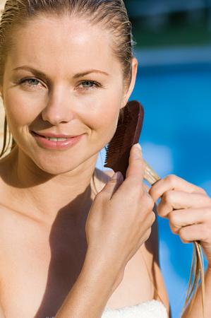 Eine Frau, die ihr Haar kämmt