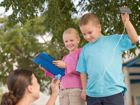 Niños con paneles solares.