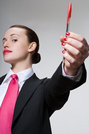 Mujer sosteniendo una pluma