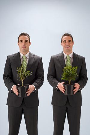 Hommes d'affaires avec des plantes