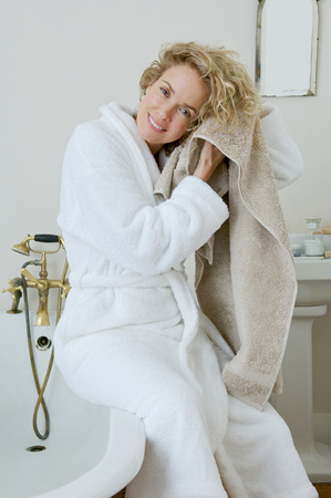 Frau trocknet ihr Haar