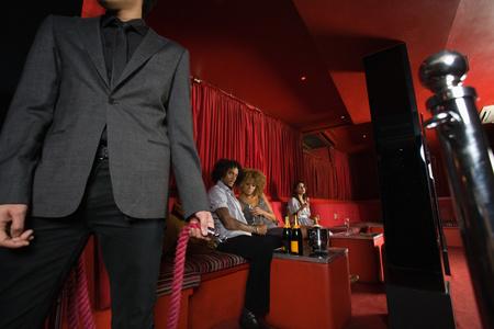 Mensen zaten in een VIP-ruimte van een nachtclub Stockfoto