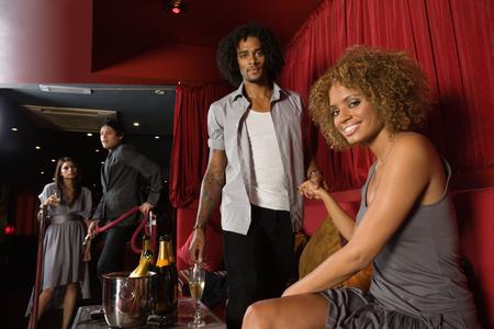 Een stel in een VIP-ruimte van een nachtclub