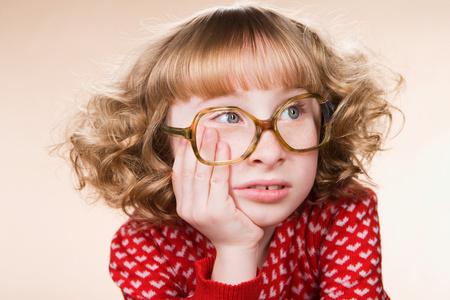 Porträt eines gelangweilten geeky Mädchens Standard-Bild