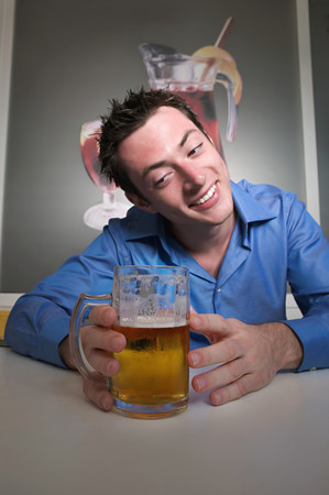 Man looking lovingly at beer Stockfoto - 120239624