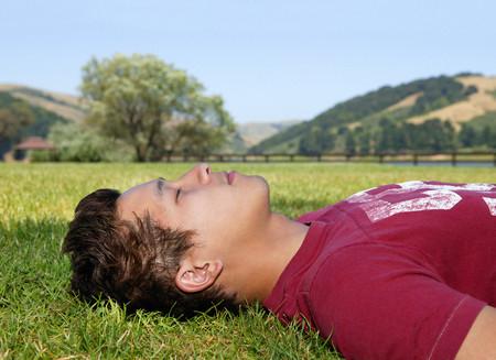 Man sleeping outside Foto de archivo