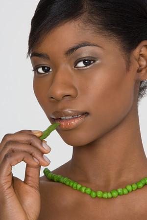 Junge Frau trägt eine Erbsenkette