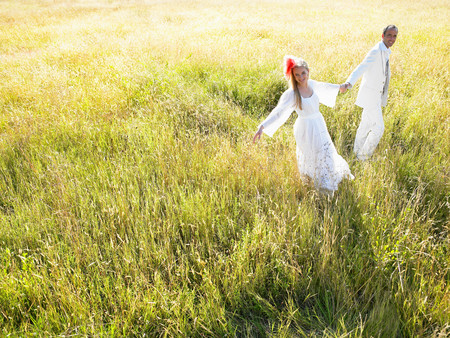 Married Couple Walking In A Field 版權商用圖片