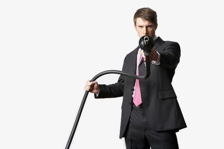 Man Aiming Petrol Pump Banque d'images - 117921869