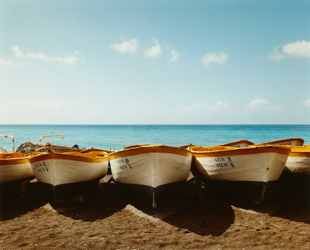 Line Of Painted Boats On Beach Foto de archivo