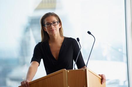 Femme lors d'une conférence