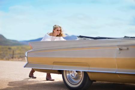 Woman Pushing A Car Reklamní fotografie