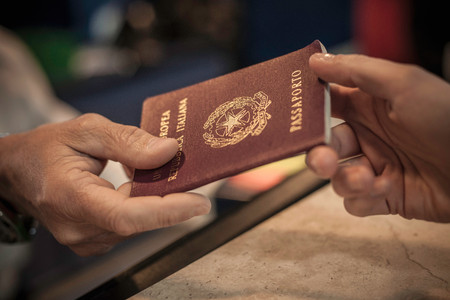 Persoon die paspoort overhandigt, close-up