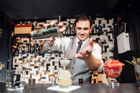 Barman Mixing Cocktail 版權商用圖片