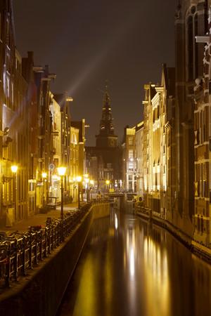 Oudezijds Kolk With Oude Kerk (Old Church), Amsterdam, Netherlands 免版税图像