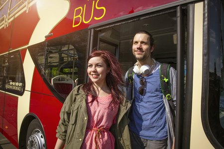 Young Adult Couple Getting Off Bus Stockfoto