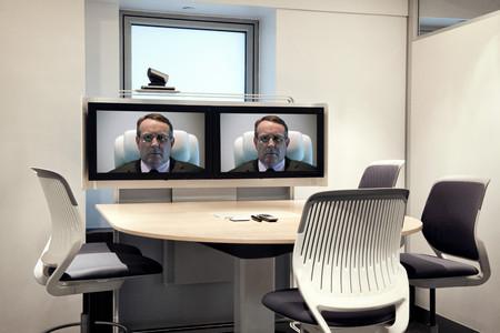 Ceo en pantallas en la sala de videoconferencias vacía Foto de archivo