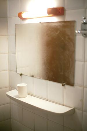 Estante y espejo