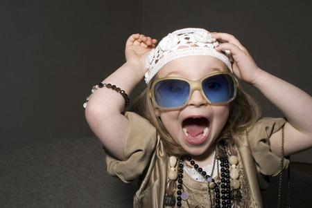 snění: Dívka (2-4) oblečená pro párty, baví.