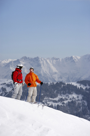 passtime: Austria, Saalbach, two skiers standing on slope talking to each other