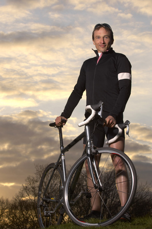feats: Man cycling in park LANG_EVOIMAGES