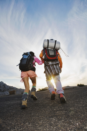 ruck sack: Man and woman hiking back view. LANG_EVOIMAGES