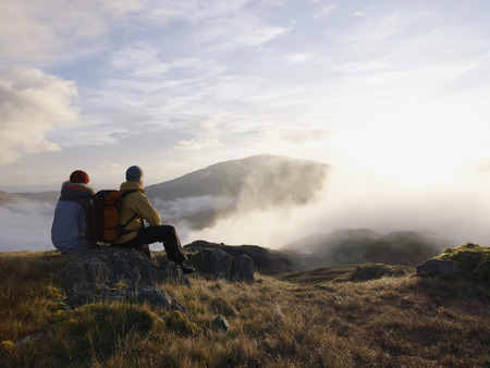 ruck sack: Couple in mountain landscape. LANG_EVOIMAGES