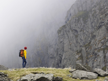 ruck sack: Woman in mountain landscape. LANG_EVOIMAGES