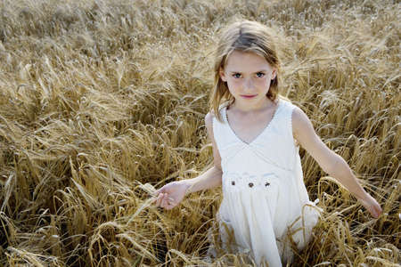 new age: Young girl walking in corn field LANG_EVOIMAGES