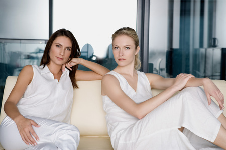Portrait of two women on a sofa. LANG_EVOIMAGES