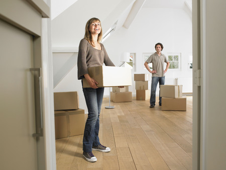 attics: Couple moving into new home smiling. LANG_EVOIMAGES