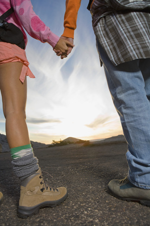 ruck sack: Man and woman holding hands. LANG_EVOIMAGES