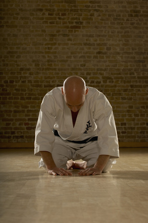 bowing head: Karate man bowing. LANG_EVOIMAGES