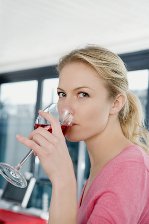 Portrait of a woman drinking wine. LANG_EVOIMAGES