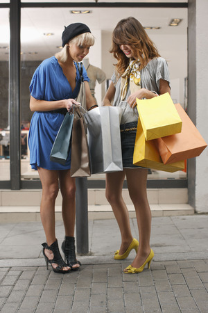gals: Young women walking with shopping bags LANG_EVOIMAGES