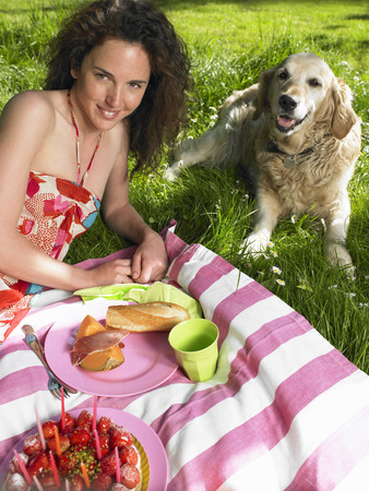 gals: Woman having a picnic in the garden LANG_EVOIMAGES