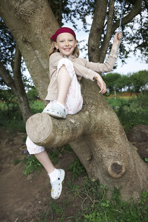 gals: Young girl in tree LANG_EVOIMAGES