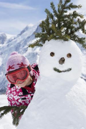 curare teneramente: Ragazze con un pupazzo di neve