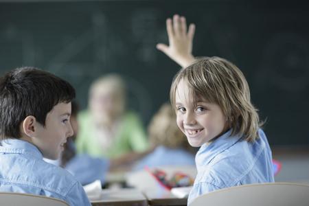 reconocimientos: Niño de la escuela que levanta la mano en clase