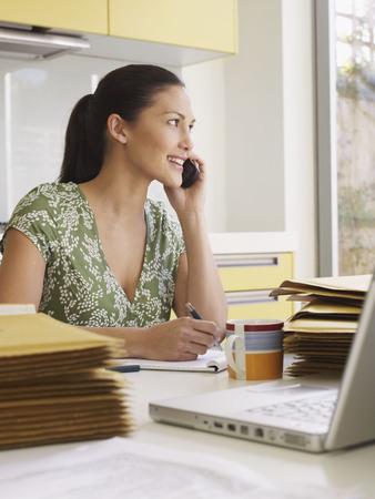 comunicación escrita: Woman running business at  kitchen table