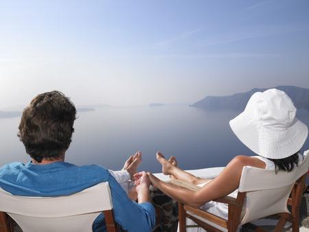 curare teneramente: Coppia seduta su un prendisole