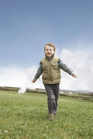 Niño corriendo con molino de viento