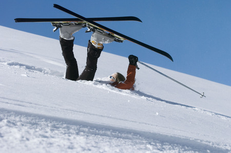 pila: Fallen skier lying in powder snow