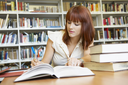 motivations: Young woman working in library LANG_EVOIMAGES